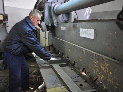 Гильотина для резки металла в Кемерово. Рубка металла на гильотине по низким ценам в короткие сроки.
